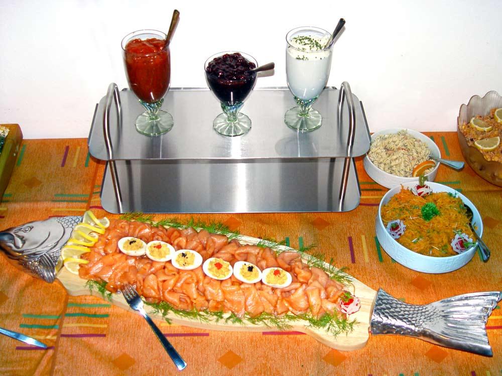 Räucherlachsplatte mit verschiedenen Dips und Saucen.
